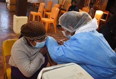 Hoy se vacunó a 50.786 personas en todo el país /ABI