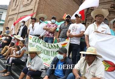Indigenas chiquitanos hacen vigilia en el atrio de la catedral. Foto: JC Torrejón