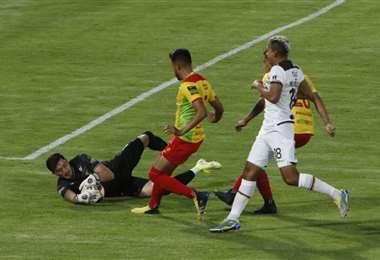 Gutiérrez asegura la pelota ante la llegada de Reinoso, del tigre. Foto: APG