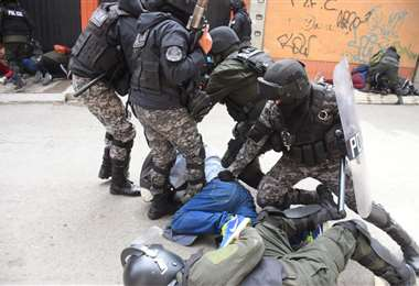 La Policía acusa a los cocaleros de lanzar dinamita. Vecinos señalan abuso policial /APG