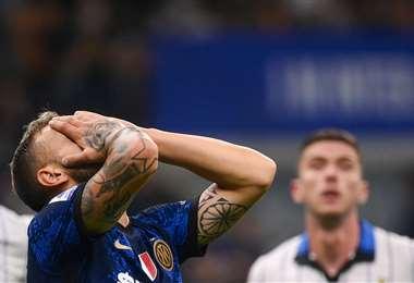 Federico Dimarco, del Inter, lamenta el empate de este sábado ante Atalanta. Foto: AFP