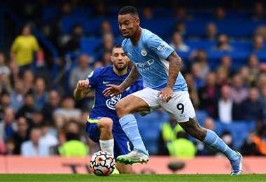 Gabriel Jesús se lleva el balón en el partido ante Chelsea. Foto: AFP