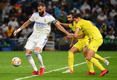 Benzemá intenta superar la marca de dos defensors de Villarreal. Foto. AFP