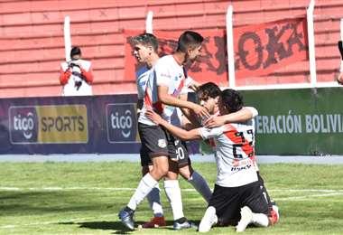 El festejo de Nacional Potosí que este domingo ganó el clásico potosino. Foto: APG