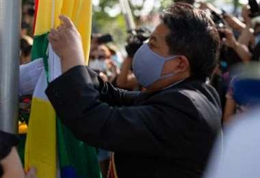 Choquehuanca iza la wiphala en la efeméride cruceña. Foto: ARCHIVO