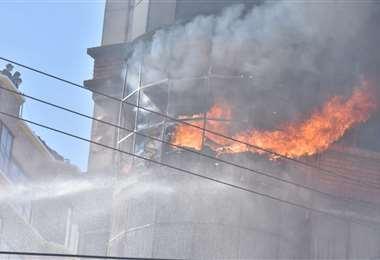 El piso de un edificio incendiado en medio de los conflictos. Foto: APG Noticias
