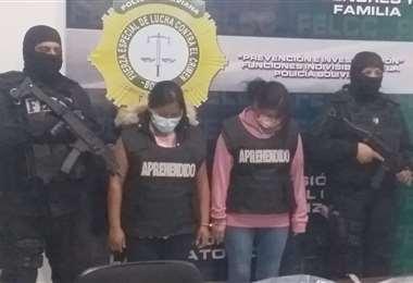 Las dos mujeres detenidas fueron presentadas a los medios en las oficinas de la Felcc.