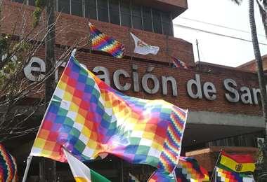 Izan la wiphala y el patujú en las puertas de la Gobernación cruceña/Foto: JC Torrejón