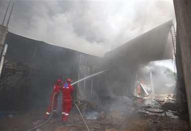 Incendio en un depósito de cartones en la capital cruceña/Foto: Ricardo Montero