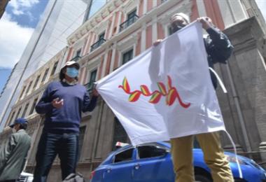Los activistas en plaza Murillo I APG Noticias.