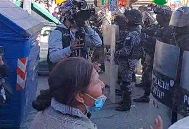 Policías empiezan a gasificar a los vecinos
