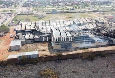 El fuego consumió casi la totalidad de la fabrica de colchones/Fuad Landívar
