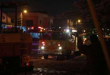 La labor de los bomberos supera diversos obstáculos. Foto: J. Gutiérrez