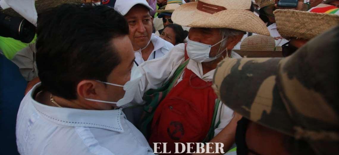 Jhonny Fernández recibe a la marcha indígena. Foto: J. Gutiérrez