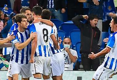 Los jugadores de la Real Sociedad festejan el gol de Merino. Foto: AFP