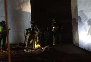 Los bomberos están sofocando las llamas de la fábrica de colchones/Foto EL DEBER