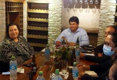 Charisse Phillips, izq, durante la reunión en Tarija