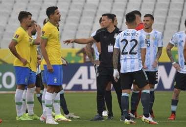 El partido se paralizó a los 5 minutos. Foto: AFP
