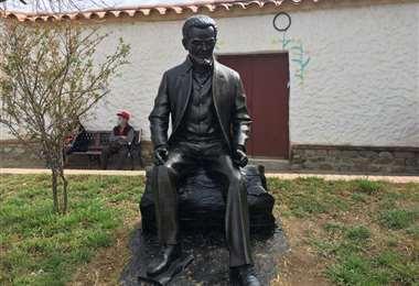La estatua del poeta que nació en San Lorenzo el 5 de septiembre de 1921