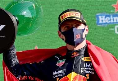 Max Verstappen, en el podio de vencedores. Foto: AFP