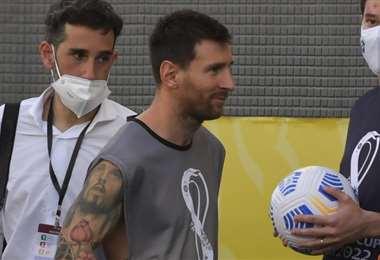 Argentina abandonó la cancha y Messi retornó con un ponchillo puesto. Foto: AFP