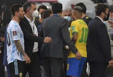 Messi y Neymar no podían creer lo que pasaba. Foto: AFP
