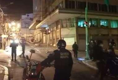 Guardias municipales y Policía resguardan el lugar de la explosión en La Paz