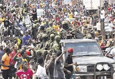 La gente celebra en las calles con miembros de las Fuerzas Armadas