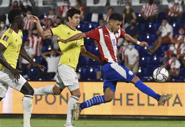 Ángel Romero lleva el balón ante la marca de dos rivales. Foto. AFP