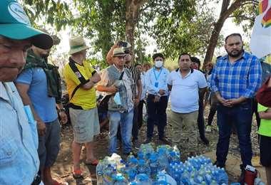La delegación del Gobierno le entregó agua a los marchistas que llegaron a Guarayos
