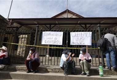 Pacientes de cáncer realizan toma simbólica de la gobernación en Cochabamba. APG