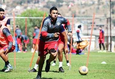 Cristian Chávez se lleva la pelota en una práctica de Wilstermann. Foto: Los Tiempos