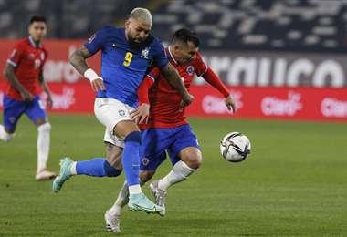 Medel y Gabigol (izq) en un duelo por la pelota. Fue en el partido Chile-Brasil. Foto: AFP