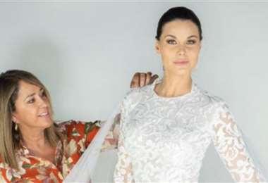 La diseñadora ensaya a una modelo uno de sus trajes de novia que llevará al Caribe