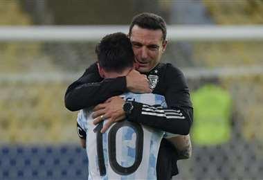 Lionel Scaloni, entrenador de Argentina, abraza a Messi. Foto: AFP