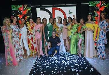 Terminado el desfile las modelos salieron a la pasarela con el diseñador de modas