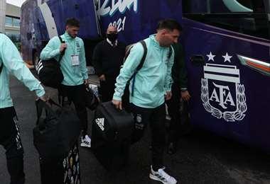 Messi y sus compañeros suben al autobús que los llevó al Monumental. Foto: AFA
