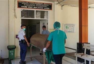 El cuerpo de un recluso es llevado a la morgue. Foto AFP