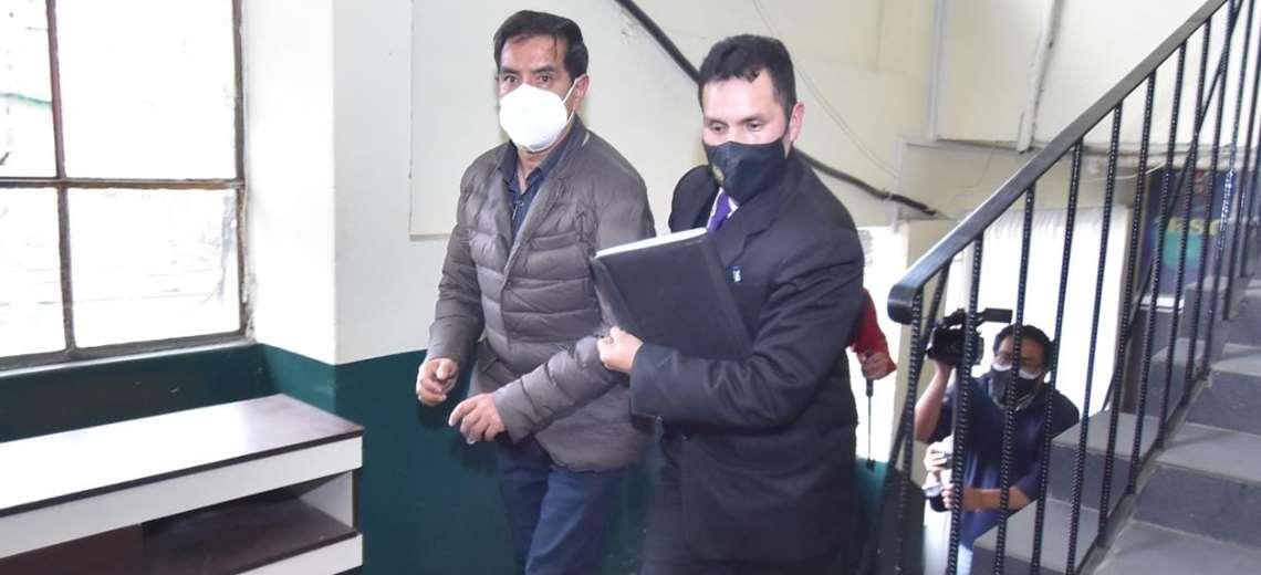 El exjefe policial al ser llevado a celdas (Foto: APGNoticias)