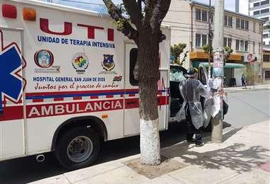 Una ambulancia en el ingreso al hogar La Sagrada Familia