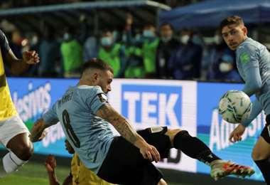 El uruguayo Nández despeja el balón ante la marca de Estupiñán. Foto: AFP