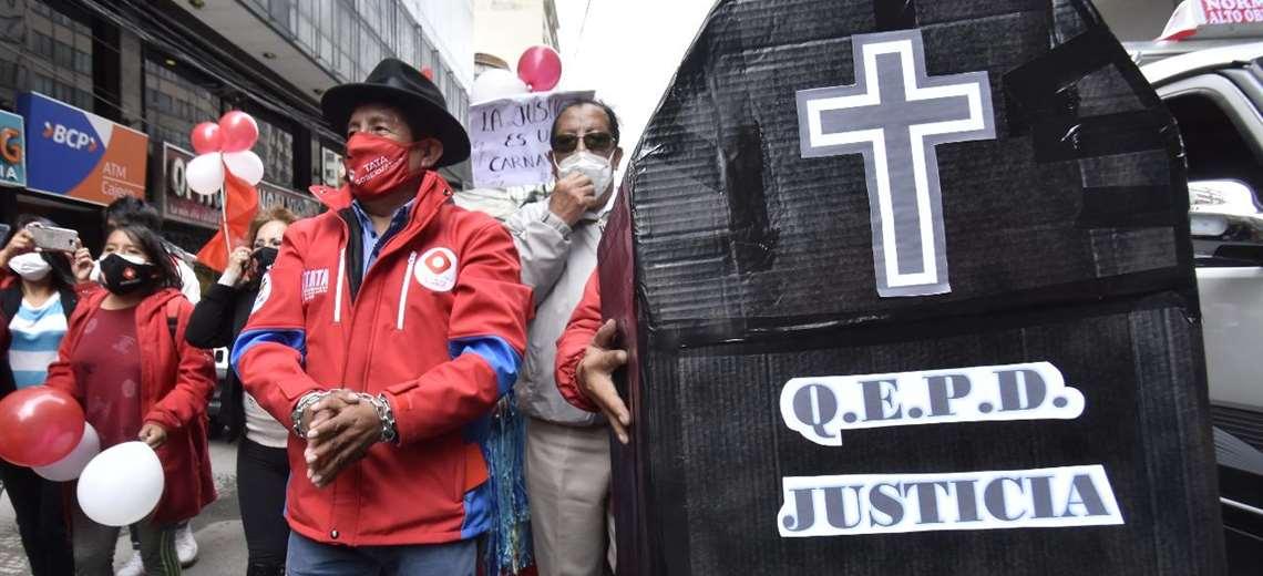 El 'Tata' Quispe marcha 'encadenado' en La Paz y anuncia apelación a su  condena | EL DEBER