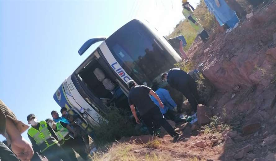 Vuelco de una flota deja ocho fallecidos y al menos 15 heridos en la ruta a  Tarija   EL DEBER